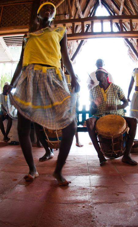 Hombres y mujeres de la etnia garífuna en una representación musical.