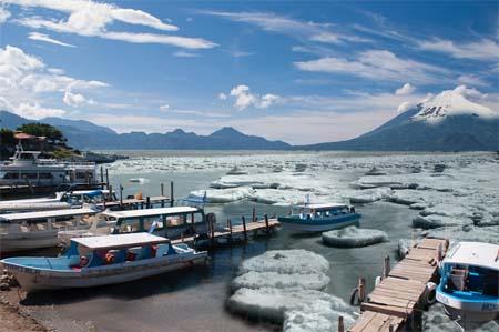 Lago de Atitlán amanece congelado
