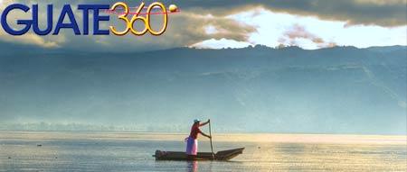 Lago de Atitlán en Guatemala: Pescador en barca.