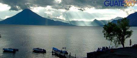 Hermosos rayos de sol atraviesan las aguas de El Lago de Atitlán en Guatemala.