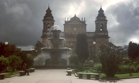 Parque Central Ciudad de Guatemala con fuente y Catedral al fondo.