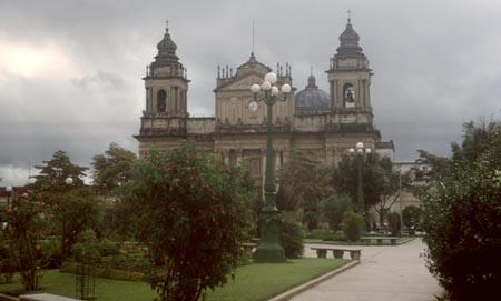 jardines del parque central de la Ciudad de Guatemala en 1965