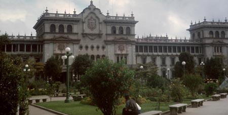 Palacio Nacional al fondo de los jardines del parque central de Guatemala