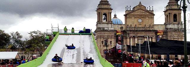 Pista de Hielo y Tobogán en Plaza de la Constitución frente a Catedral de la Ciudad de Guatemala.
