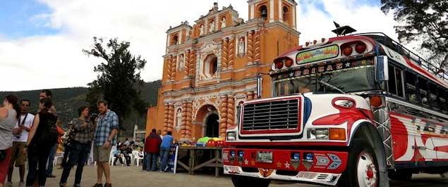 Camioneta extraurbana en Jocotenango para romper el Record Mundial Guinness.