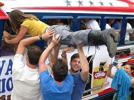 Record Mundial Guinness en Guatemala por la mayor cantidad de personas en un autobús.