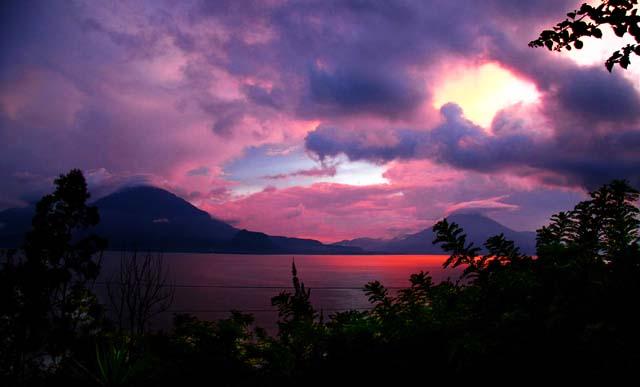 El Lago de Atitlan al atardecer