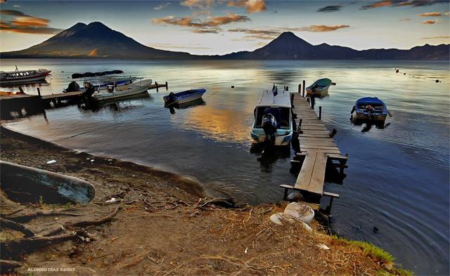 Volcanes Toliman, Atitlan y San Pedro frente al Lago de Atitlan