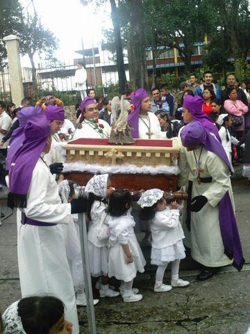 Pequeñas niñas cargando a la Virgen