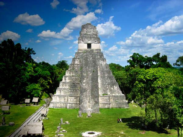 Vista frontal de El Gran Jaguar, en Tikal, Peten.