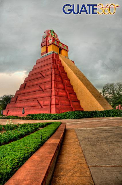 Pirámide del Gran Jaguar (réplica ubicada en Xetulul, IRTRA de Retalhuleu)