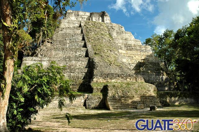 Imponente templo en el medio de la selva petenera