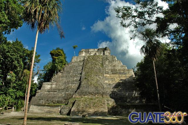 Pirámide en el sitio arqueológico Yaxhá