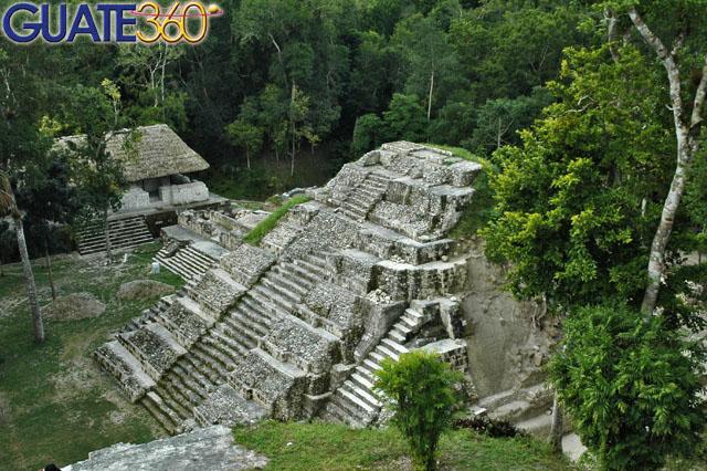 Impresionante pirámide en Yaxhá