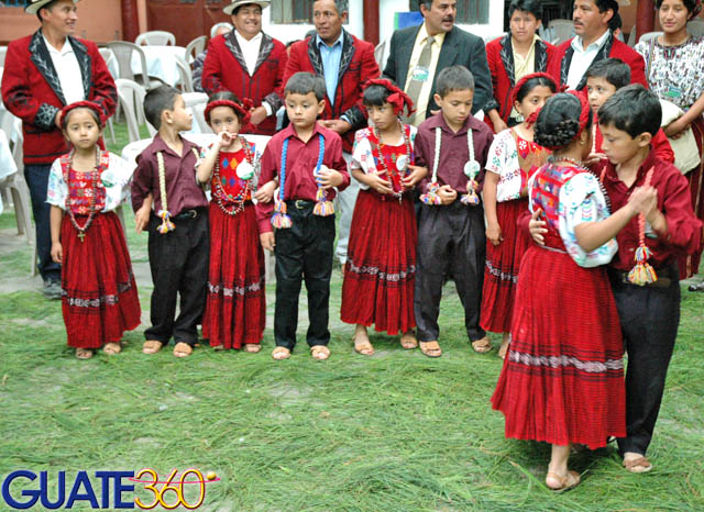 ... Fotos de Chichicastenango - Desde Cobán, niños bailando música de