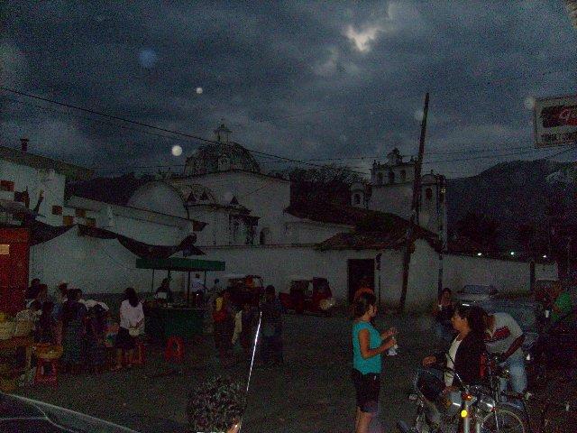 Vista nocturna de la Plaza de San Miguel Chichaj en Baja Verapaz